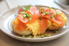 Rozdrapani jajka z uwędzonym łososiem na grzance, Śniadaniowy jedzenie fotografia royalty free
