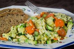 Rozdrapani jajka z warzywami i chlebem Obraz Stock