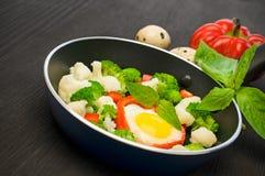 Rozdrapani jajka z warzywami w smaży niecki zakończeniu Fotografia Stock