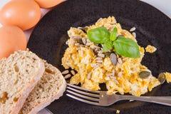 Rozdrapani jajka z ziarnami obrazy royalty free