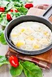 Rozdrapani przepiórek jajka z szpinakiem i pomidorami. Indoors zbliżenie. Obrazy Stock
