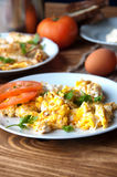Rozdrapani, smażący, gotujący się jajka na drewnianym stole, Fotografia Royalty Free