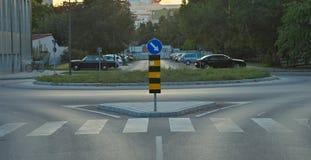 Rozdroże z ruchu drogowego znakiem i parking w tle fotografia stock
