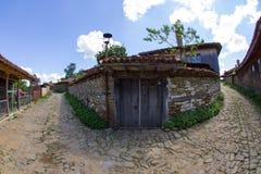 Rozdroża w Bałkańskiej górskiej wiosce zdjęcia royalty free