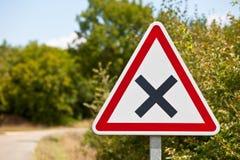 Rozdroże drogowy znak na wiejskiej drodze obraz stock