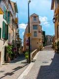Rozdroże w starym miasteczku, Cannes, Francja fotografia stock