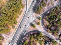 Rozdroże z samochodami i las od powietrza w wiośnie zdjęcia royalty free