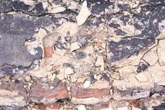 Rozdrobnić cement stara rujnująca ściana Brudne cegły Zdjęcie Royalty Free