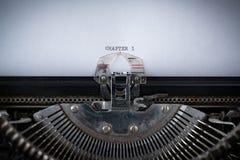 Rozdział 1 Pisać na maszynie na maszyna do pisania obrazy stock