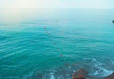 Rozdzielenie pociesza w morzu dla bezpiecznego dop?yni?cia na pla?y obrazy royalty free