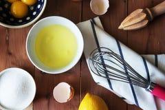 Rozdzielenie yolk jajko w małym pucharze i przygotowanie dla trzepać i jajeczni biel i yolks fotografia royalty free