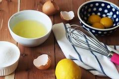 Rozdzielenie yolk jajko w małym pucharze i przygotowanie dla trzepać i jajeczni biel i yolks obrazy stock