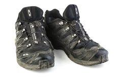 Rozdzierającego i brudnego Salomon śladu działający buty Obrazy Royalty Free