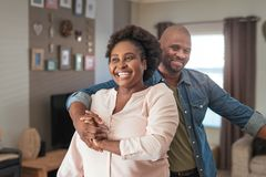 Roześmiana Afrykańska para cieszy się figlarnie moment wpólnie w domu Obraz Royalty Free