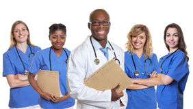 Roześmiana afrykanin lekarka z 4 pielęgniarkami Obraz Stock