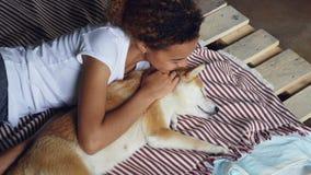 Roześmiana amerykanin afrykańskiego pochodzenia dziewczyna budzi się up jej sypialnego shiba inu psa awanturowania zwierzęcia i o zbiory wideo