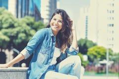 Roześmiana caucasian młoda dorosła kobieta w mieście obraz royalty free