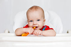Roześmiana chłopiec trzyma łyżkę Zdjęcia Stock