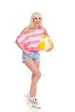 Roześmiana dziewczyna z plażową piłką Zdjęcia Royalty Free