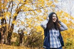 Roześmiana dziewczyny pozycja w jesień parku zdjęcia stock
