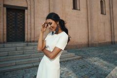 Roześmiana indyjska dama w biel sukni przeciw antycznemu budynkowi zdjęcia royalty free
