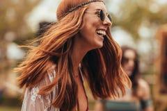 Roześmiana kobieta w retro spojrzeniu przy festiwalem muzyki zdjęcia royalty free