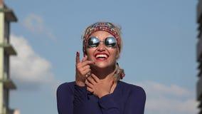 Roześmiana kobieta z okularami przeciwsłonecznymi zbiory