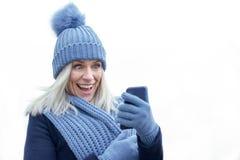 Roześmiana modna kobieta w zimy modzie zdjęcie royalty free