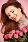 Roześmiana piękna kobieta z różami obraz stock