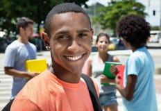 Roześmianego amerykanina afrykańskiego pochodzenia męski uczeń z grupą przyjaciele Zdjęcie Stock