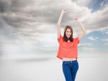 Roześmiani nastoletni jest ubranym przypadkowi ubrania podczas gdy podnoszący ona ręki Zdjęcia Royalty Free