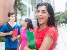 Roześmiany łaciński uczeń w czerwonej koszula z przyjaciółmi Zdjęcie Royalty Free
