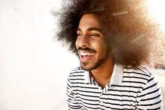 Roześmiany afro mężczyzna w świetle słonecznym Zdjęcia Stock