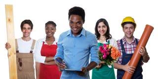 Roześmiany amerykanina afrykańskiego pochodzenia biznesmen z grupą inni międzynarodowi aplikanci Zdjęcie Royalty Free