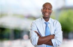 Roześmiany amerykanina afrykańskiego pochodzenia biznesmen z krawatem Zdjęcie Stock