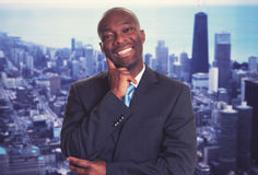 Roześmiany amerykanina afrykańskiego pochodzenia biznesmen z linią horyzontu Zdjęcia Royalty Free