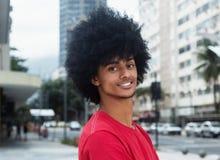 Roześmiany amerykanina afrykańskiego pochodzenia mężczyzna z typowym afro włosy Obraz Royalty Free