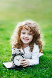 Roześmiany dziecko z szkolnym blackboard pokazuje zdrowego białego Teet Zdjęcie Stock