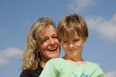 roześmiany macierzysty uśmiechnięty syn Zdjęcie Stock