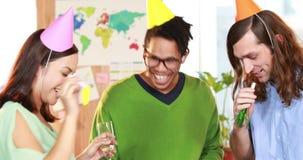 Roześmiany przypadkowy biznes drużyny odświętności urodziny zbiory wideo