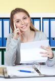 Roześmiany uczeń z listem przy biurem obrazy royalty free