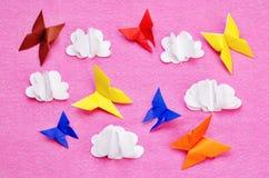 Roze achtergrond met document multicolored vlinders en wolken Royalty-vrije Stock Fotografie
