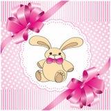 Roze achtergrond met een stuk speelgoed haas Stock Fotografie