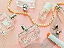 Roze achtergrond met flessenparfum Stock Foto's