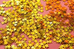 Roze achtergrond met gouden glanzende sterren Stock Foto's