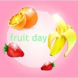 roze achtergrond met oranje fruitbanaan en strawberrie Royalty-vrije Stock Afbeelding