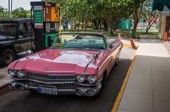Roze Amerikaanse klassieke auto op het benzinestation in Havana Cuba Stock Afbeelding
