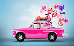 Roze auto met symbolen van liefde, vakantie, happyness  Stock Illustratie