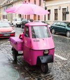 Roze autoped met gesloten die cockpit en paraplu op de Timotei Popovich-straat in Sibiu stad in Roemenië wordt geparkeerd Stock Fotografie