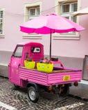 Roze autoped met gesloten die cockpit en paraplu op de Timotei Popovich-straat in Sibiu stad in Roemenië wordt geparkeerd Royalty-vrije Stock Foto's